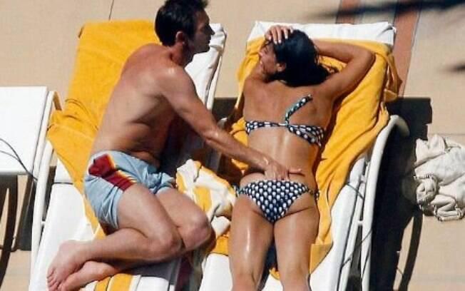 Frank Lampard escorregou a mão além da conta enquanto passava bronzeador em Wayne Rooney