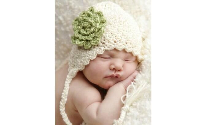 Para bebês pequenos uma touca simples com apenas uma flor de crochê é muito  bonito. e947ba54a13