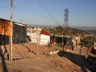 Cerca de 80 famílias vivem no local desde abril