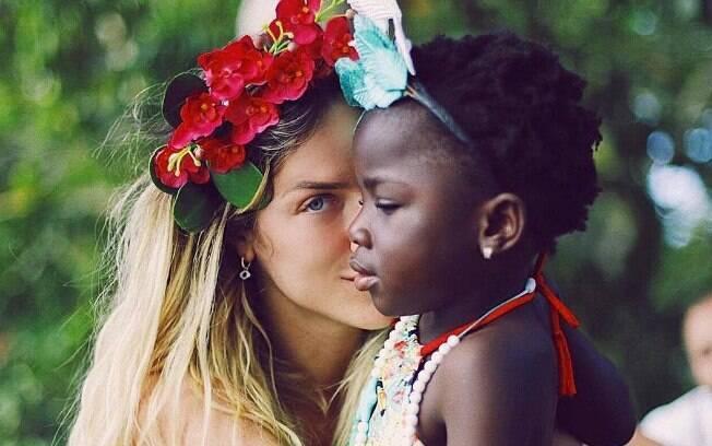 Giovanna Ewbank em Noronha ao lado da filha Titi