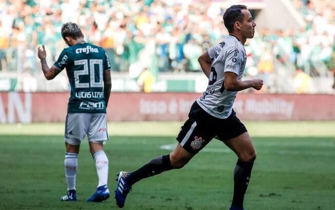 Rodriguinho foi o autor do gol corintiano que levou a decisão para os pênaltis. Ao fundo, Lucas Lima lamenta