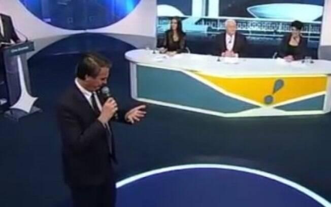 Jair Bolsonaro consultou 'cola' em sua própria mão antes de iniciar discussão com Marina Silva