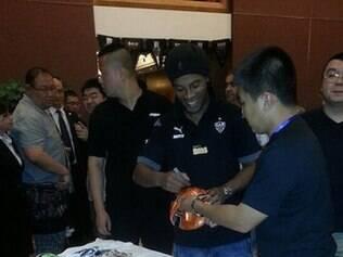 Ronaldinho comandou sessão de autógrafos para os fãs chineses que participaram do evento