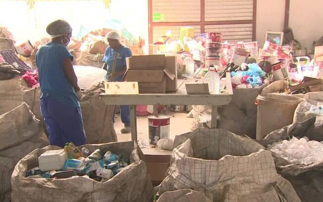 Catadores enfrentam escasses de recicláveis desde encerramento do lixão de Gramacho