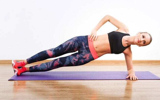 Na prancha abdominal lateral é preciso evitar fazer uma torção com o corpo