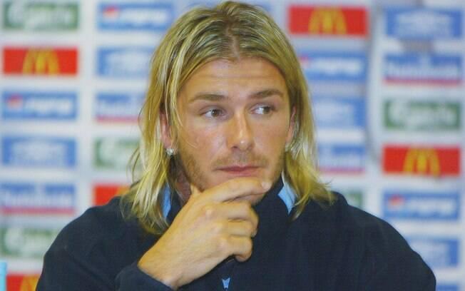 Beckham chama a atenção fora dos campos pela  beleza e também pelos diversos cortes de cabelo,  como esse adotado em 2003