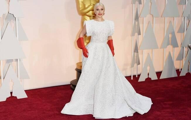 Lady Gaga escolheu um longo branco para o tapete vermelho do Oscar 2015