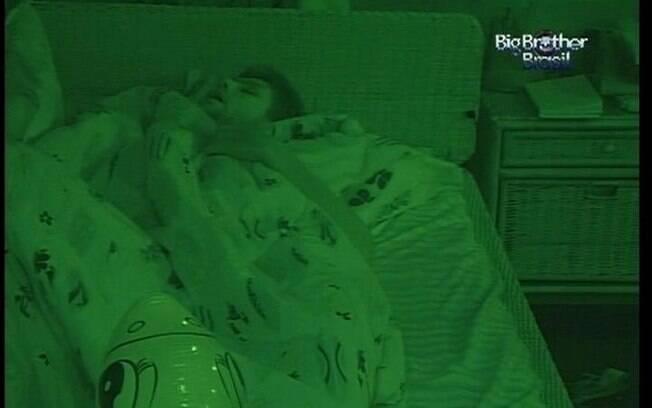 No Quarto Praia Jonas dorme de boca aberta