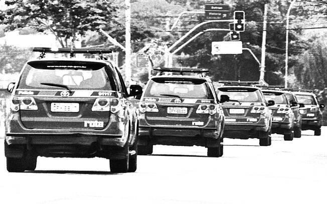 Pelotão de viaturas de ROTA saindo do seu Quartel e dando início a uma patrulha. Ao chegar na área designada, as viaturas se separam e operam individualmente, mas sempre  em proximidade e em contato em caso de necessidade de apoio