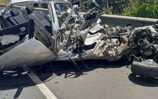 Carro destruído em acidente na BR-135 em Montes Claros