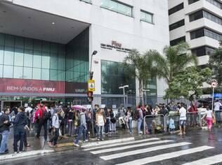 Estudantes enfrentam fila para conseguir o Fies
