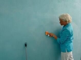 Esponja macia, água e sabão de coco são aliados na limpeza das paredes com tinta