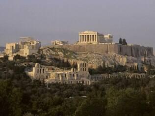 Em Atenas, a Acrópole parece observar de cima a modernização da metrópole