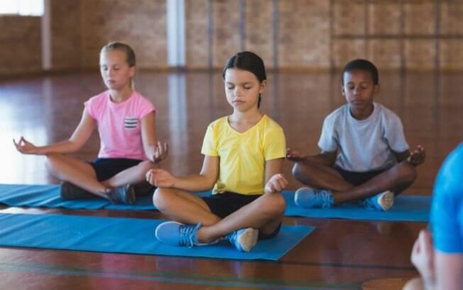 A meditação para crianças busca oferecer recursos para que elas lidem com medos e ansiedades do dia a dia