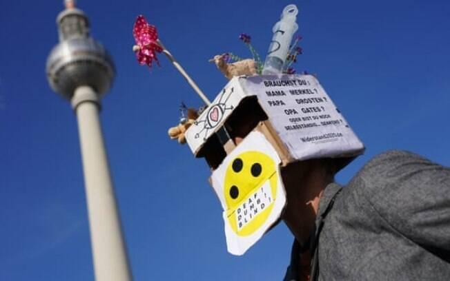 Durante um protesto, um homem usa uma caixa que questiona se as pessoas ainda são capazes de pensar de forma independente