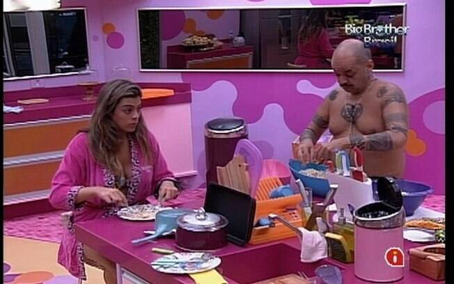 Monique e João conversam enquanto preparam o almoço