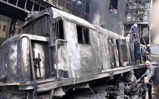 Trem em alta velocidade colidiu com barreira no final de linha férrea, no Egito