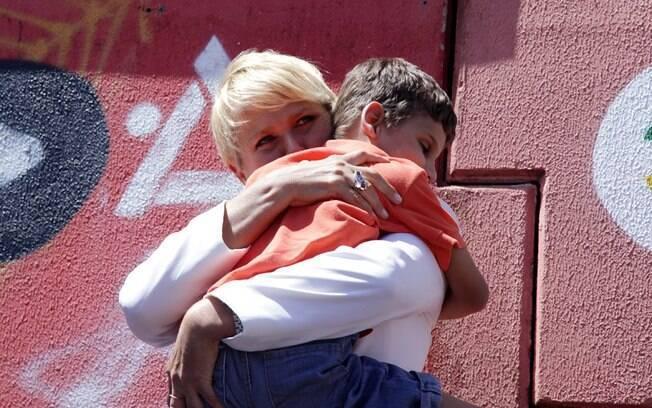 Com o pé imobilizado, Xuxa participa de evento em Foz do Iguaçu
