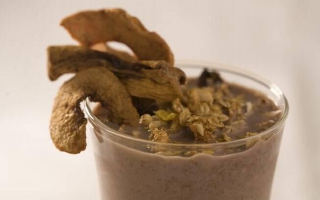 Bebida tradicional de açaí, banana e granola