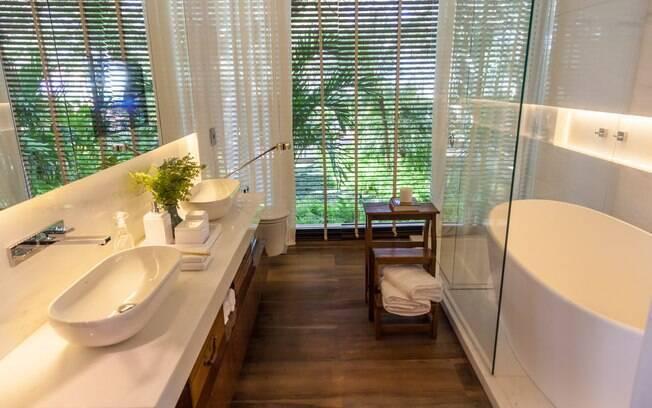 O banheiro do projeto de Dado Castello Branco mistura o aconchego da madeira com revestimentos neutros