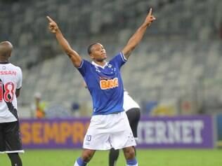 Julio Baptista comemora o primeiro gol marcado com a camisa celeste