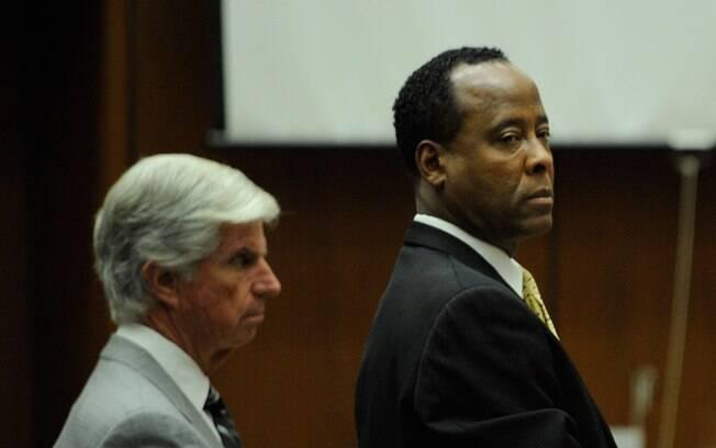 Conrad Murray e o advogado J. Michael Flanagan