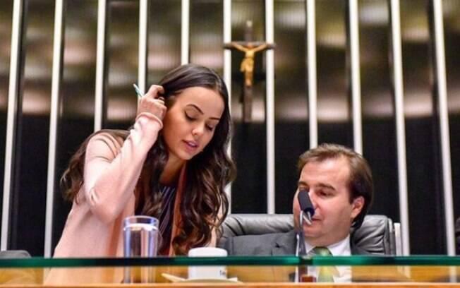 Deputada Shéridan, relatora da proposta que põe fim às coligações, com o presidente da Câmara, Rodrigo Maia