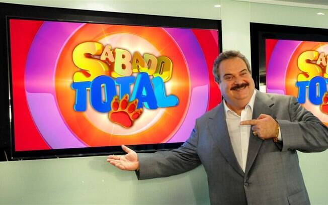 Gilberto Barros apresenta o programa 'Sábado Total'  na Rede TV