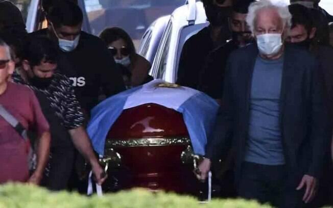 Em cerimônia para familiares e amigos, Maradona é enterrado ao lado dos pais. Foto: Lance!