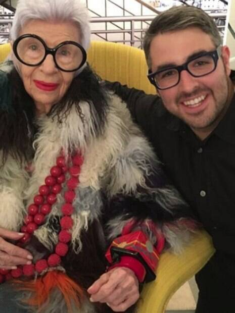 Ari Seth Cohen com Iris Apfel, de 96 anos, designer de interiores que se tornou um ícone fashion com seu estilo próprio e super óculos