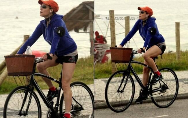 Christiane Torloni pedala na orla da praia