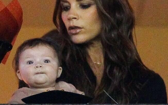Victoria Beckham leva Harper novamente ao estádio
