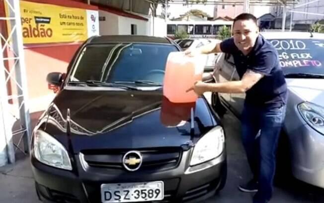 No vídeo, o simpático vendedor conquistou os internautas com a promoção inusitada e bem-humorada em meio à greve