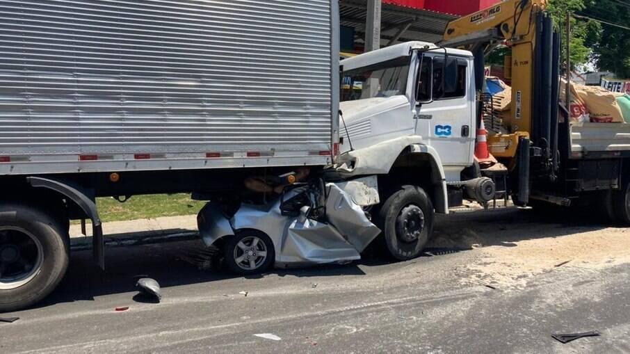 Carro foi prensado entre dois caminhões em acidente que matou duas mulheres