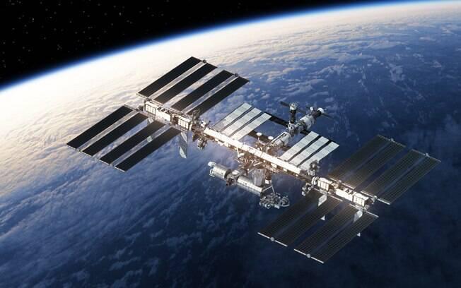Estação espacial internacional, que está na órbita do planeta terra, vai ser o local onde o hotel de luxo será acoplado.