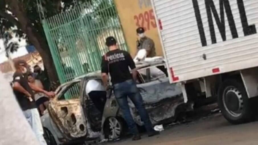 Corpo foi encontrado carbonizado dentro de um carro, em Goiânia