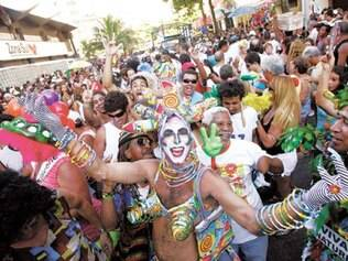 Pesquisador vê a festa popular como ritual de formação da identidade homoerótica