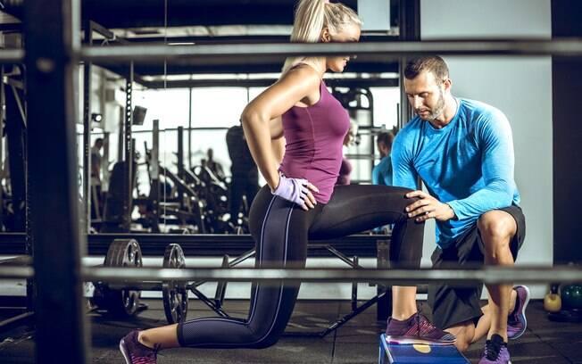 Outos erros no treino de pernas bem comuns são pressa na execução e fazer movimentos bem curtinhos