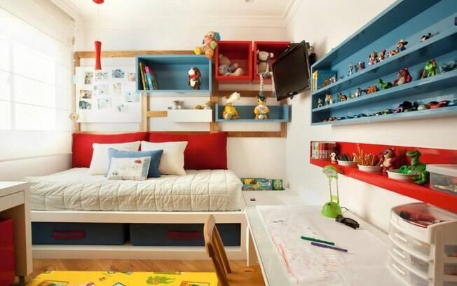 Quando a criança cresce, o quarto muda, além de cores mais fortes, brinquedos podem se tornar itens de decoração