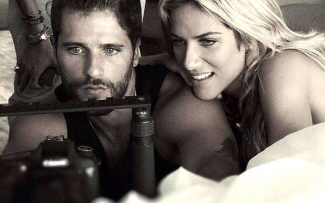 Bruno Gagliasso accompanies his wife, Giovanna Ewbank, on a photo-shoot.