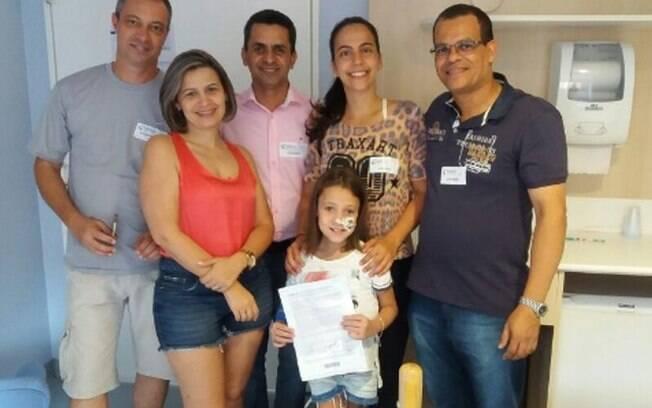 Família recebe certificado de doação feita pela polícia