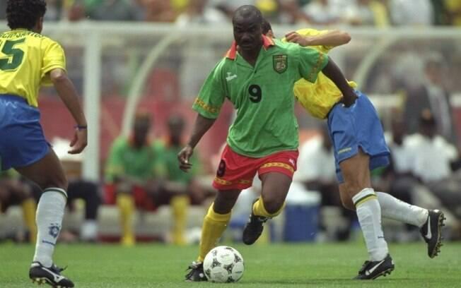 O atacante camaronês Roger Milla joga contra  o Brasil na Copa de 94, aos 42 anos