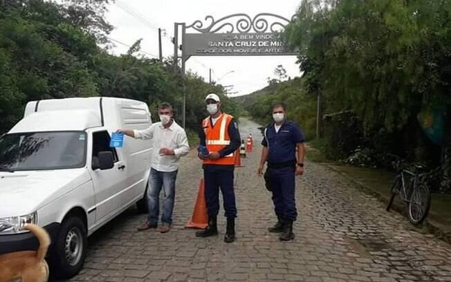Policiais orientam motoristas sobre os cuidados com o coronavírus, em Santa Cruz de Minas