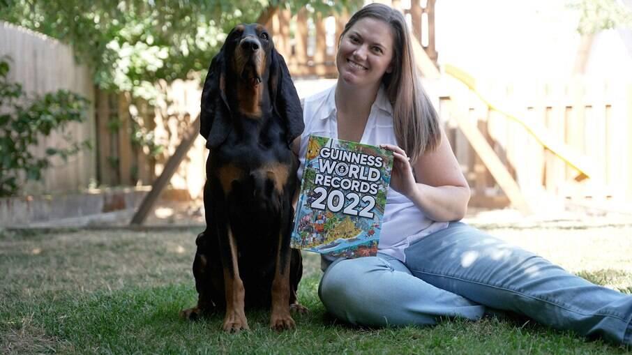 Lou e a tutora Paige Olsen com a edição do livro dos recordes