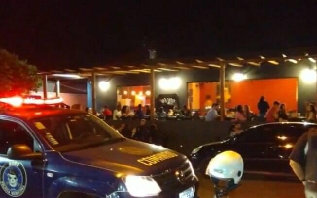 Operação contra festas clandestinas fiscaliza comércio e lacra bar
