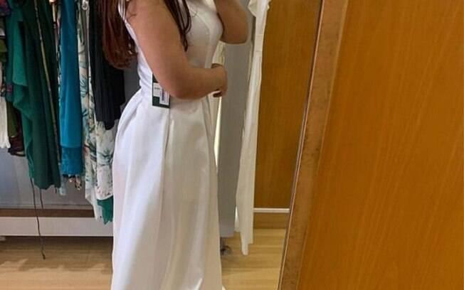 Mulher usa o facebook para desabafar que a sogra pediu o vestido de noiva dela