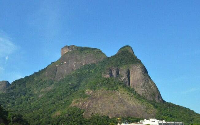 Para subir a Pedra da Gávea, o turista enfrenta um trajeto de, no mínimo, três horas, mas a vista compensa todo o esforço