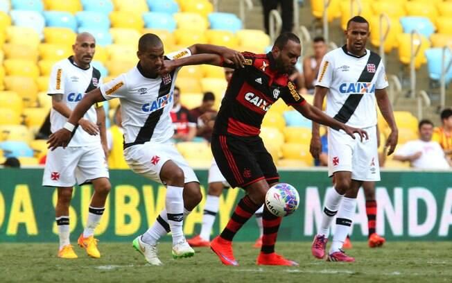 Rodrigo e Alecsandro disputam a bola no clássico entre Vasco e Flamengo no Maracanã