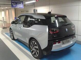 BMW i3 tem suas baterias recarregadas na única vaga exclusiva para modelos elétricos e híbridos do Shopping Morumbi, em SP