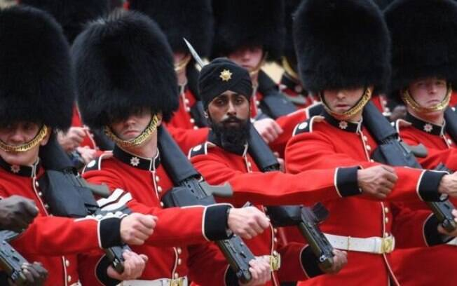 Militar com turbante chamou a atenção mundial no desfile de aniversário da rainha Elizabeth II